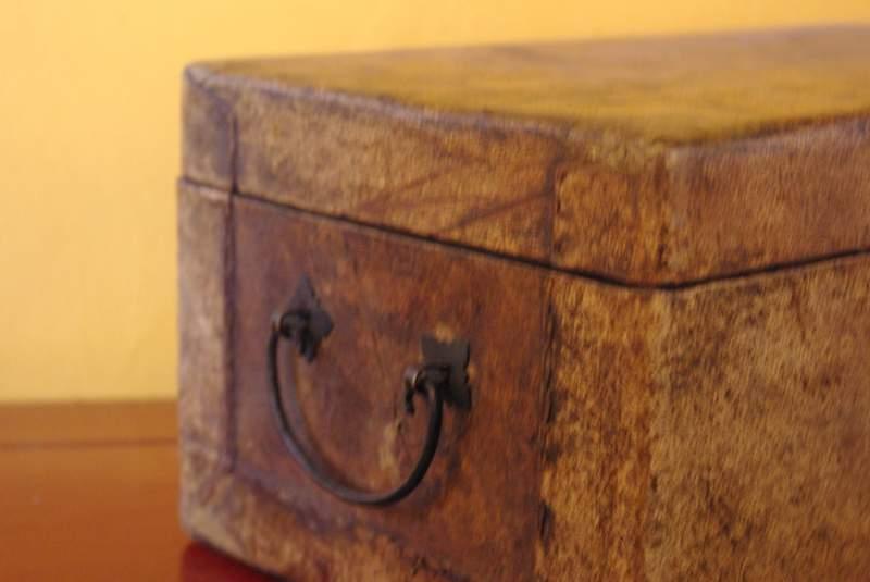 coffre chinois en bois recouvert de cuir blanc. Black Bedroom Furniture Sets. Home Design Ideas
