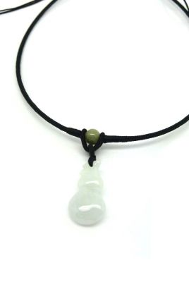 Necklace with Small Jade pendant Wu Lou White