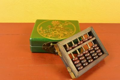 Small Chinese Box green with a bird with a wooden abacus