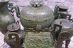 Chinesische Bronzekästen und Vasen